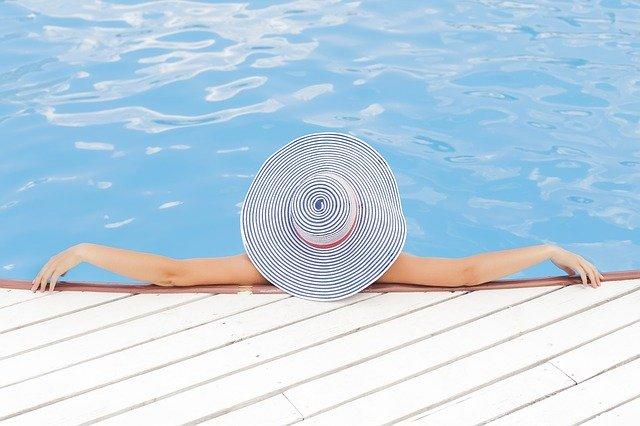 Dřevoplast kolem bazénů